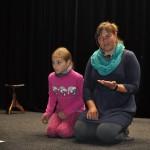 Paní režisérce pomáhá na zkoušce její dcerka